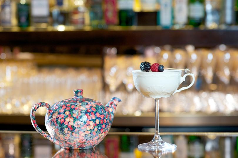 Вбаре отеля The Dorchester снетривиальным названием The Bar стоит попробовать удивительный коктейль Her Majesty's Cup, который подается винтересном сочетании чашки ибокала
