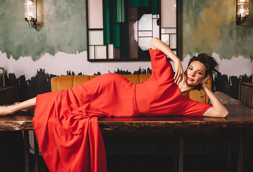 Платье изшелка ивискозы Laroom; серьги изсеребра счерной шпинелью, кольцо изчерненого серебра сгранатами— Axenoff Jewellery; кожаные туфли, декорированные перьями— Jimmy Choo